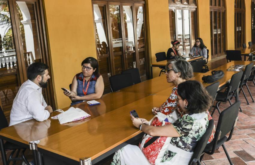 Marcela Vargas realizando trabajo de reportería durante la Beca Gabo 2018. Foto: Joaquín Sarmiento.