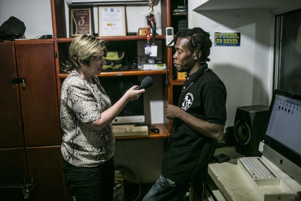Georgina Godwin, becaria, durante una entrevista para el trabajo de campo que debían realizar durante la actividad.