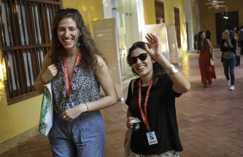 La becaria Leah Varjacques junto a la directora de cine colombiana Daniela Abad Lombana. Foto: Joaquín Sarmiento.