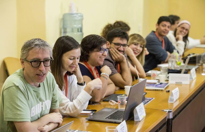 El maestro invitado David Trueba y algunos participantes de la Beca Gabo 2018 en taller. Foto: David Estrada.