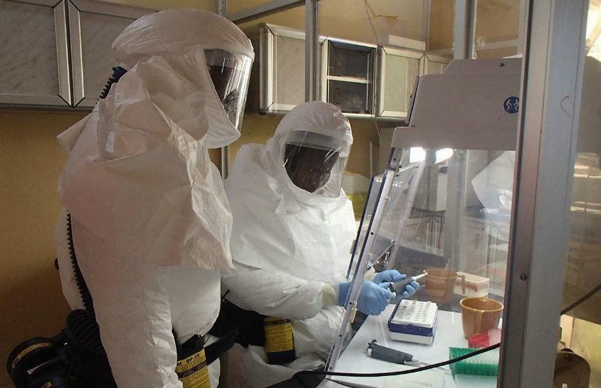 Investigadores del Ejército de los Estados Unidos llevan a cabo ensayos para desarrollar una vacuna contra el virus del ébola en 2014 | Fotografía: Dr. Randal J. Schoepp en Wikimedia Commons.