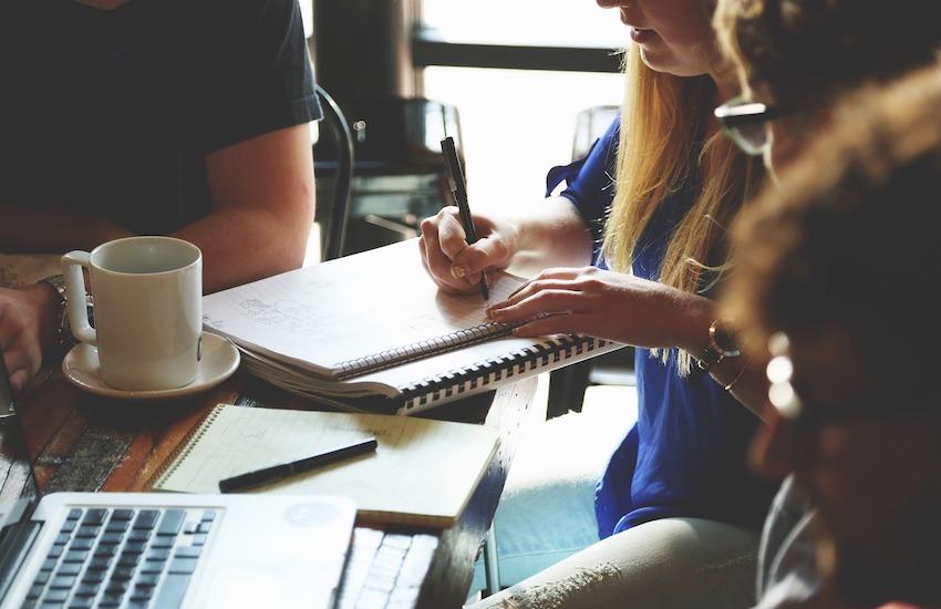 Los editores pueden empezar a trabajar inicialmente con los periodistas que más se identifiquen con el enfoque. Foto: pixbay.com