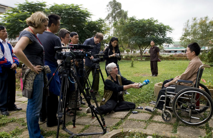 Periodistas entrevistan a sobrevivientes de minas antipersonal en Laos | Fotografía: Cluster Munition Coalition en Flickr | Usada bajo licencia Creative Commons