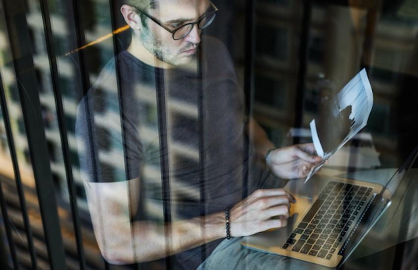 Una idea para empezar con esta modalidad en una sala de redacción es dar tiempo a los periodistas para que investiguen y escriban historias de calidad. Foto: freepik.es - Compartido bajo licencia Creative Commons.