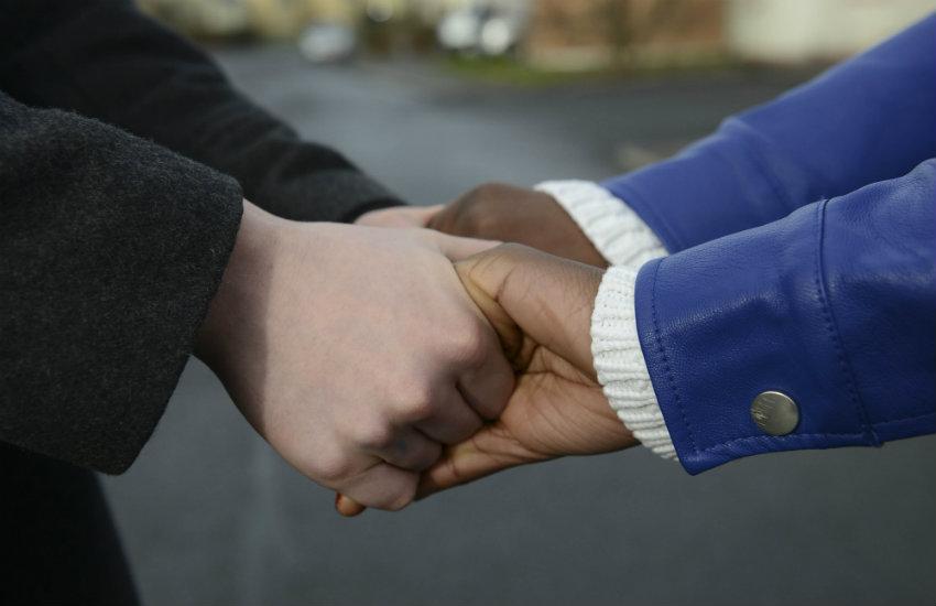 Fotografía de Newscast Online, tomada de time-to-change.org.uk, un portal que contiene una biblioteca de imágenes sugeridas de libre uso para acompañar reportajes sobre salud mental.