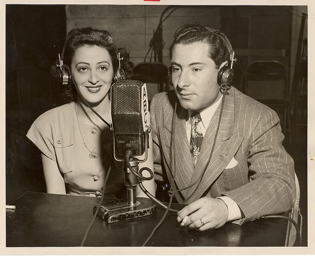 Un hombre y una mujer comparten el micrófono en la Cadena ABC / JWA Commons en Flickr
