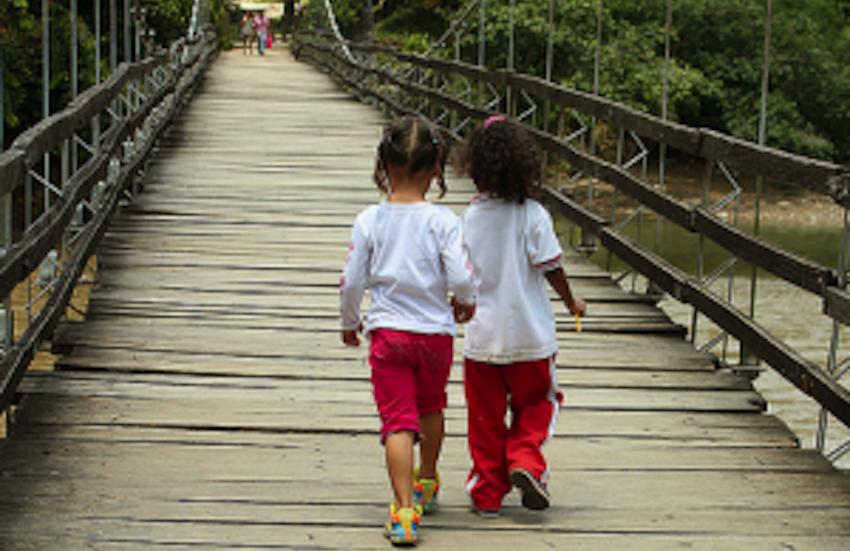 Niñas cruzan el puente que lleva a Tarazá / princesadelosmaresocultos / Flickr
