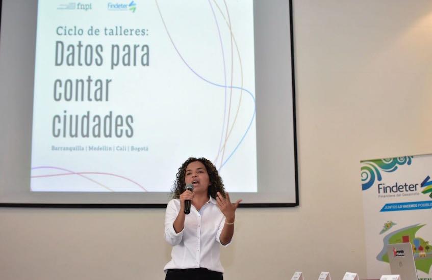 Ginna Morelo, editora de la Unidad de Datos de El Tiempo, es una de las maestras del taller. Foto: Carlos Torres Herazo/ FNPI.