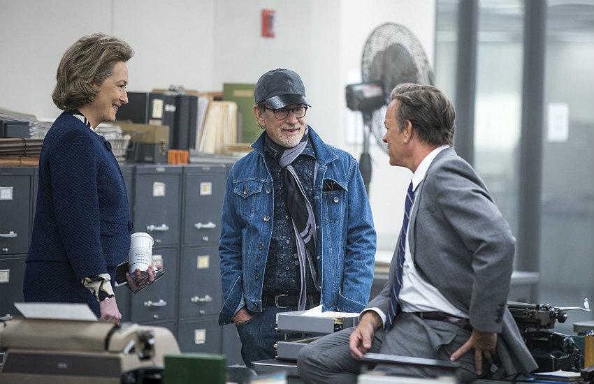 Meryl Streep, Steven Spielberg y Tom Hanks conversan durante el rodaje | Fotografía: Niko Tavernise para 20th Century Fox