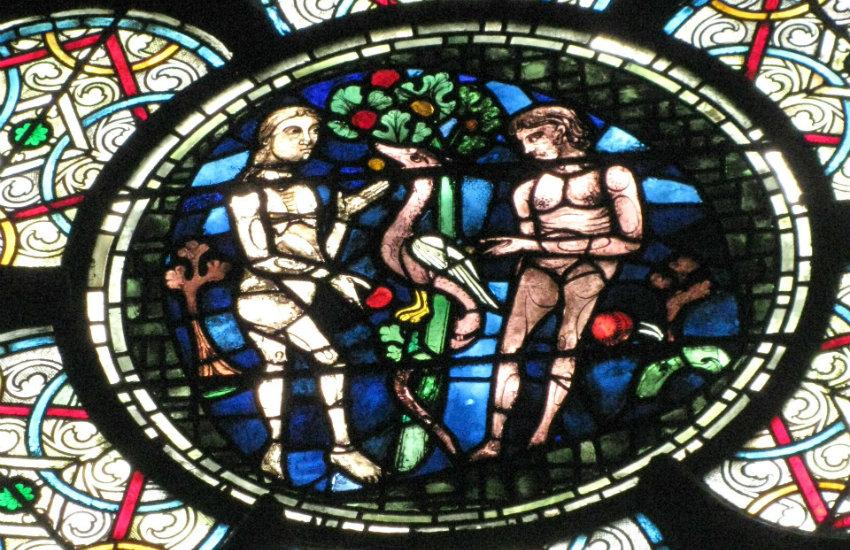 Vitral que ilustra la tentación de Adán y Eva en la Catedral de Notre Dame | Fotografía: hollylmonahan en Pixabay | Usada bajo licencia Creative Commons.