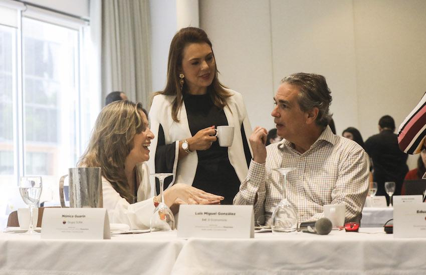 Luis Miguel González (derecha), director editorial de El Economista (México) conversa con participantes del taller. Foto: Joaquín Sarmiento / FNPI.