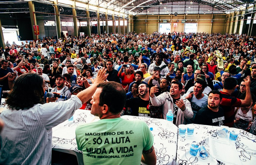 Fotografía: asamblea de docentes en Santa Catarina, Brasil. Vitor Marinho en Flickr   Usada bajo licencia Creative Commons