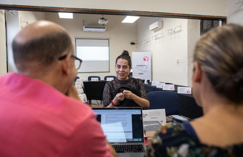Gisela Orozco recibe recomendaciones de Jonathan Levi y Alejandra De Vengoechea. Foto: Emmanuel Upegui.