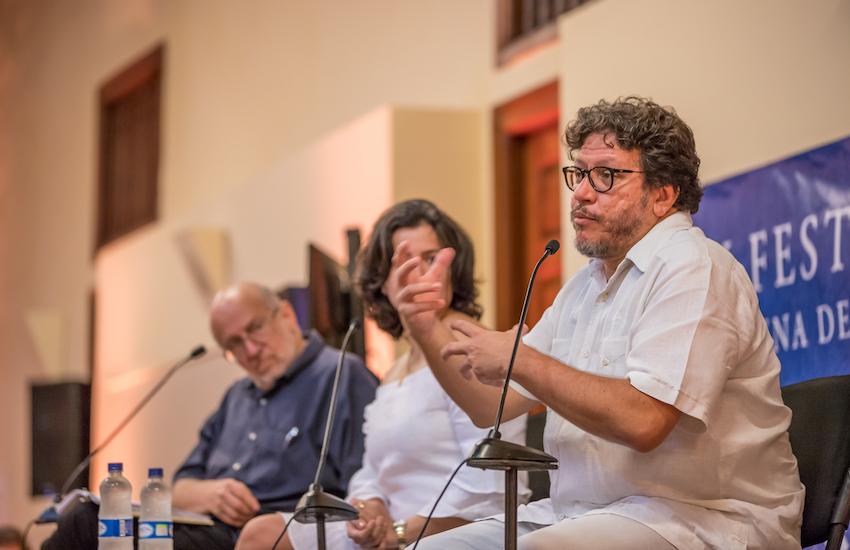 Santiago Gamboa (derecha) con Sabrina Duque y Daniel Samper Pizano en el Hay Festival Cartagena 2019. Foto: Archivo Fundación Gabo.