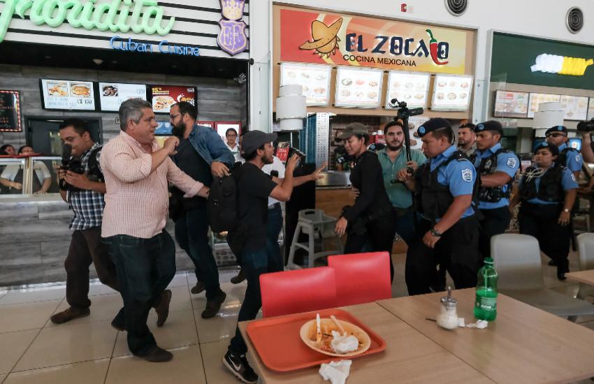 Un grupo de periodistas de medios nacionales y agencias internacionales son agredidos por policías antimotines en el centro comercial Metrocentro, el 25 de febrero, en Managua. // Foto: Carlos Herrera | Confidencial