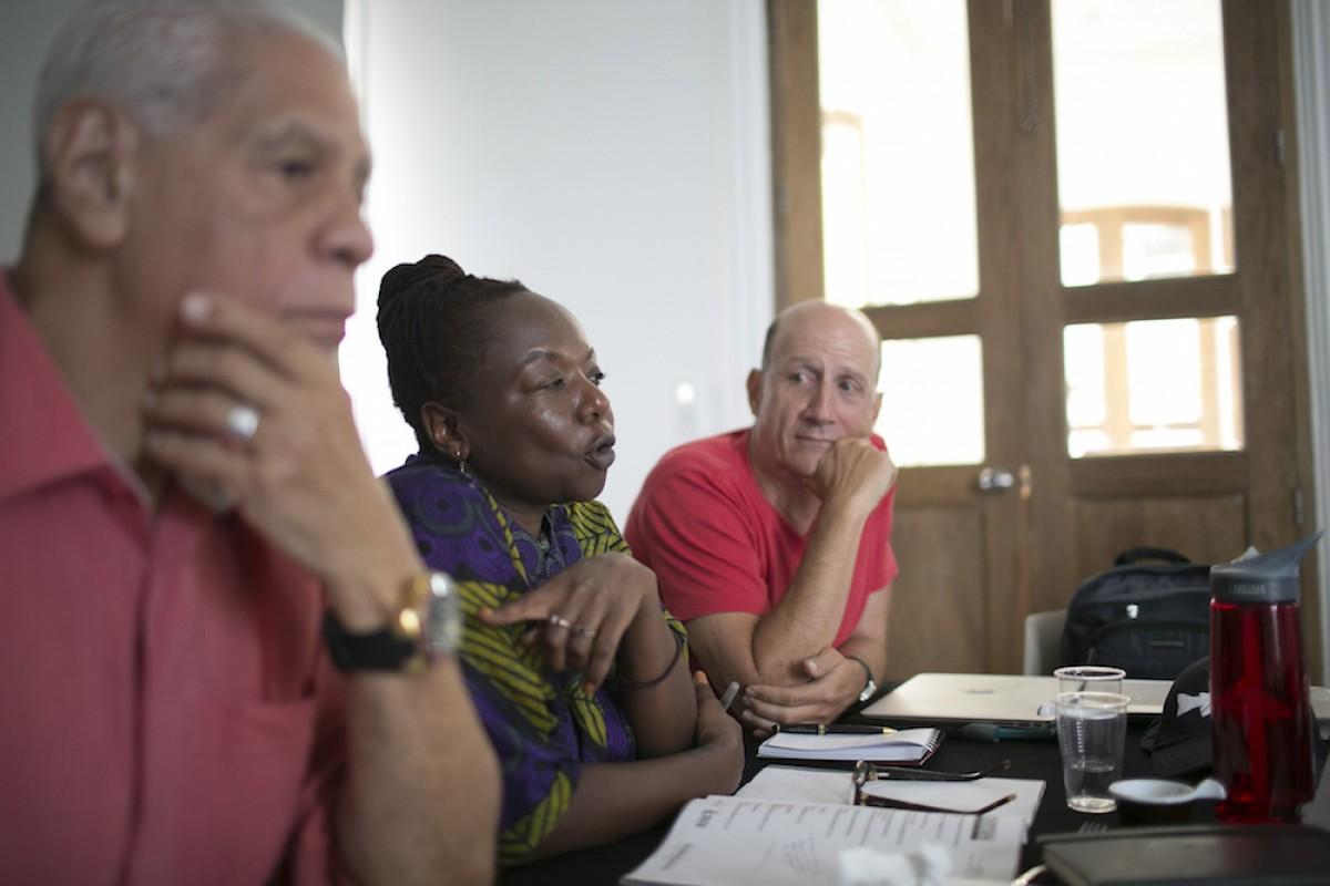 De izquierda a derecha: Luis Rafael Sánchez (Puerto Rico), Ellah Wakatama (Zimbabwe) y Jonathan Levi (Estados Unidos), maestros del programa.