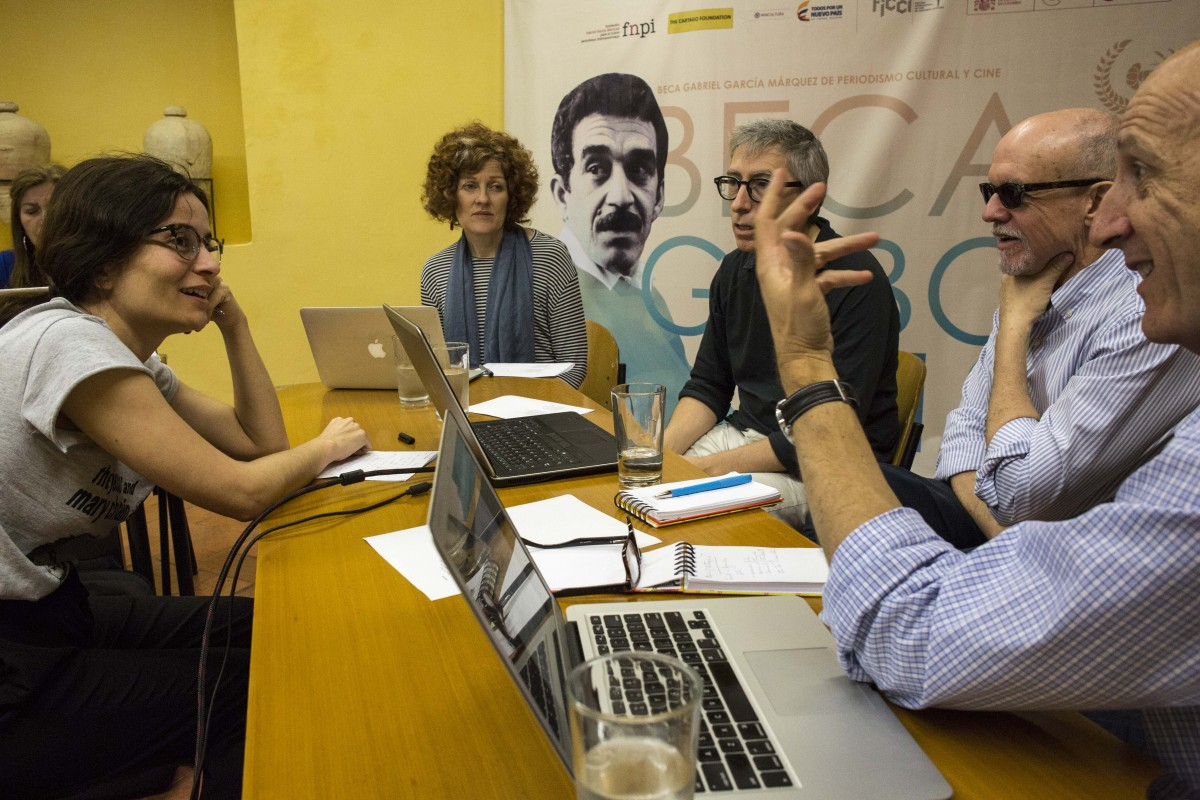Maestros de la Beca Gabo 2018 durante revisión de trabajo con la becaria Cláudia Marques. Foto: David Estrada.