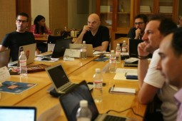Los participantes del Taller de Libros Periodísticos junto a su maestro. Foto: Jorge Luis Plata.