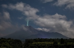 ¿En realidad esta fotografía comprueba que un meteoro causó la erupción de un volcán?... ¡Responde nuestro quiz de noticias!