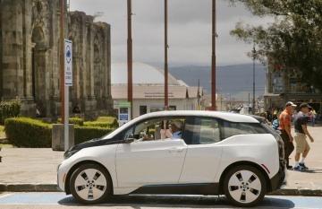 Un auto 100% eléctrico recarga su batería de ion de litio en una estación de carga municipal en el centro de la ciudad de Cartago, Costa Rica. Foto: Albert Marín / La Nación (Costa Rica).