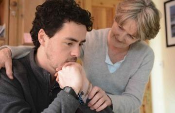 Joven con depresión es reconfortado por su psiquiatra. Fotografía: Newscast Online.