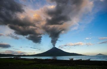 Volcán Momotombo, Nicaragua. Foto: Jorge Mejía Peralta / Wikimedia Commons.