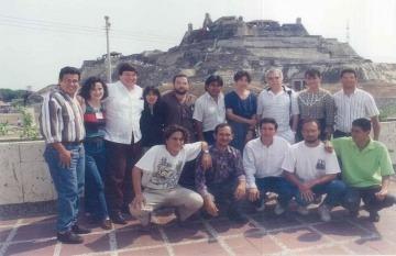 Alma Guillermoprieto (arriba, centro), junto a Gabo y los alumnos del primer taller que dictó para la Fundación.
