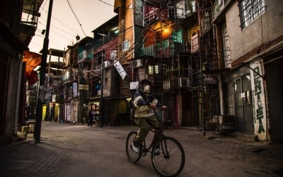 Hombre en bicicleta en la Villa 31, uno de los barrios de emergencia más grandes y el más céntrico de la ciudad. Buenos Aires, Argentina. Foto: Sebastian Gil Miranda.