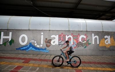 Un hombre maneja bicicleta en Hojancha, el cantón con 14 años sin homicidios. Foto: Cortesía John Durán / La Nación (Costa Rica)