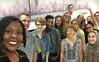 haron Bloyd-Peshkin, profesora de periodismo de Columbia College Chicago, con estudiantes en su clase de Informes interpretativos, que incorporó el periodismo de soluciones. Foto: Jhmira Alexander