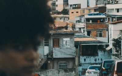 Las dinámicas de pobreza en las favelas de Río de Janeiro, por ejemplo, son una narrativa constante en las historias de desigualdad en América Latina.