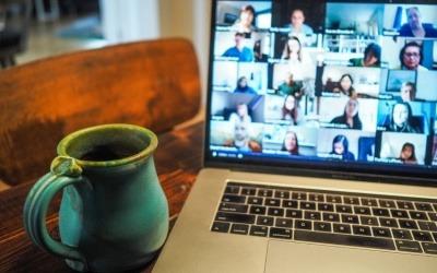Newsletters e grupos de Facebook são exemplos de ferramentas acessíveis para dialogar com o público.