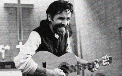 ¿Es auténtica esta fotografía del asesino serial Charles Manson tocando la guitarra en una iglesia?... ¡Responde nuestro quiz de noticias!