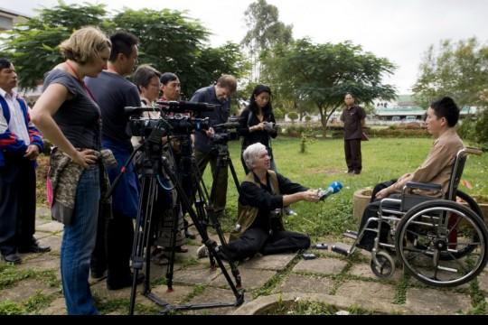 Periodistas entrevistan a sobrevivientes de minas antipersonal en Laos   Fotografía: Cluster Munition Coalition en Flickr   Usada bajo licencia Creative Commons