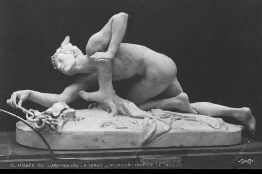 Fotografía: Mercurio inventa el Caduceo  (Antonin Idrac, 1879). Escultura de mármol conservada en el Museo Luxemburgo de París.  Ketrin1407 en Flickr. Usada bajo licencia Creative Commons.