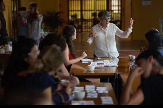 Taller de Periodismo de soluciones, Liza Gross, quien hace parte de la Red de Periodismo de Soluciones, es la maestra del taller en el que paticipan 15 periodistas de América Latina. Foto: Emmanuel Upegui - FNPI.