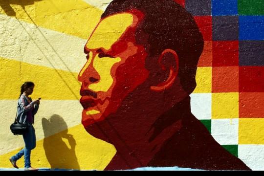 Mural conmemorativo a Hugo Chávez en Mérida, Venezuela   Fotografía: David Hernández en Pixabay. Usada bajo licencia Creative Commons.