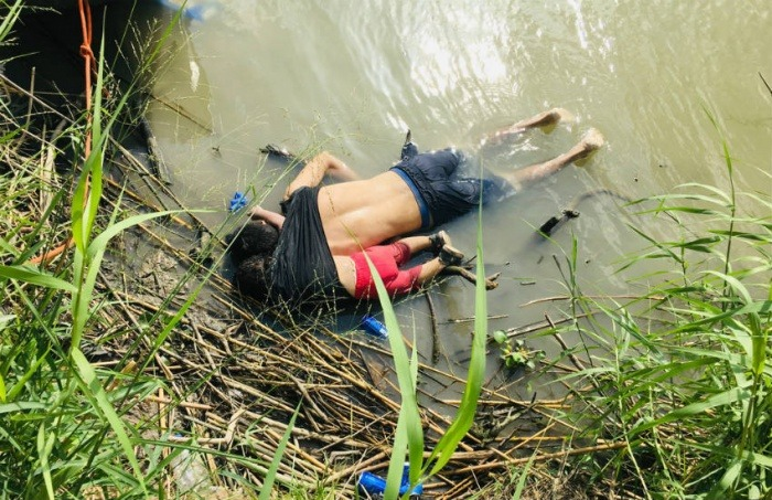 Esta foto de Julia Le Duc, de la Associated Press (AP), que muestra los cuerpos de Óscar Alberto Martínez Ramírez y su hija de 23 meses, Valeria, ahogados en el río Bravo ha suscitado la polémica.