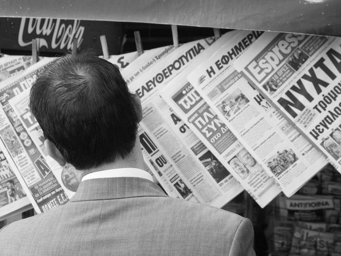 Lector de periódicos en Grecia / Foto: Sascha Kohlmann en Flickr / Usada bajo licencia Creative Commons