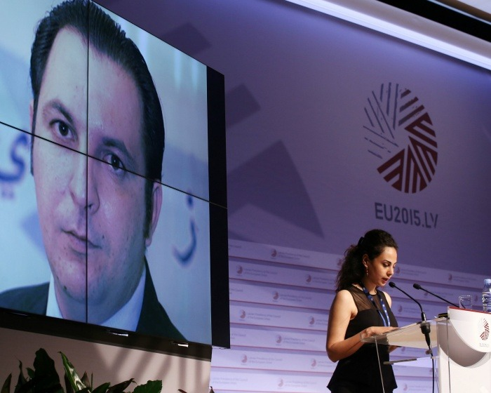 Fotografía: Ceremonia del Premio Guillermo Cano A la Libertad de Prensa. Yara Badr, esposa de Mazen Darwish recibe el reconocimiento. / Autor: Andrejs Terentjevs en eu2015.lv