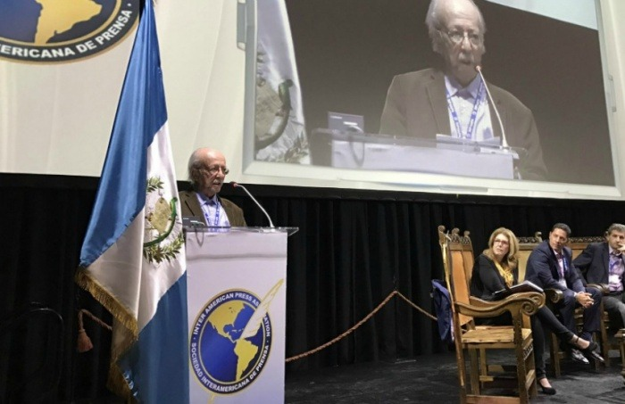 Javier Darío Restrepo ante la SIP   Fotografía: Ricardo Trotti en Twitter.