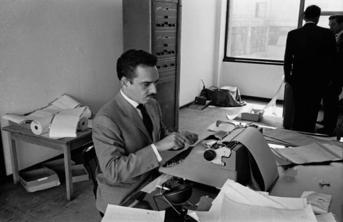 """Gabriel García Márquez en las oficinas de Prensa Latina, Bogotá, 1959. Foto: Hernán Díaz. Esta fotografía hace parte del libro """"Gabo periodista"""". Todos los derechos reservados"""