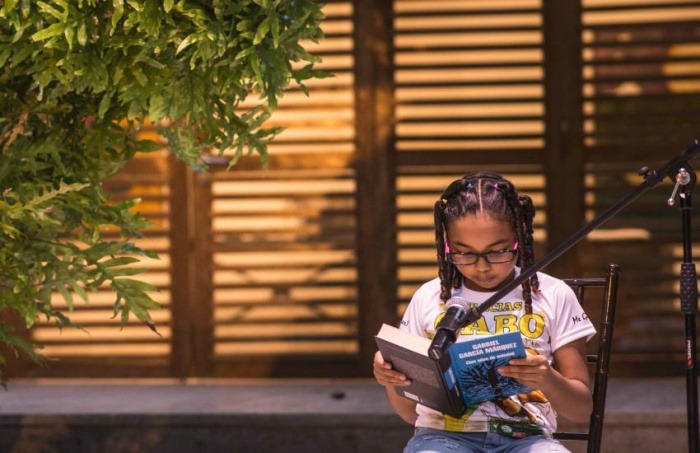 Mariana Diz, de 11 años de edad fue una de las participantes en la lectura colectiva de 100 Años de Soledad | FNPI