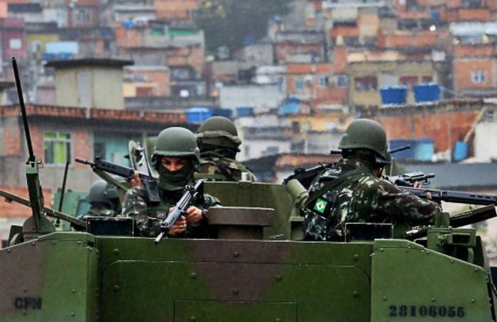 Tanques de guerra apostados en las favelas de Río | Fotografía: Fabiano Rocha - Agência O Globo