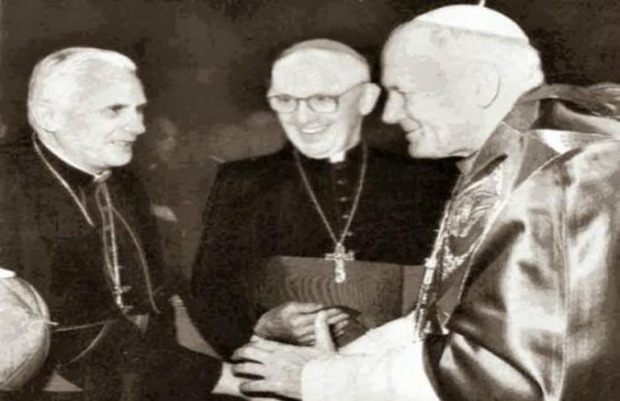¿Es auténtica esta fotografía de los tres papas?... ¡Responde nuestro quiz semanal de noticias!