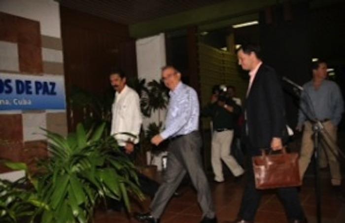 El equipo negociador al llegar a La Habana / León Darío Peláez / Revista Semana
