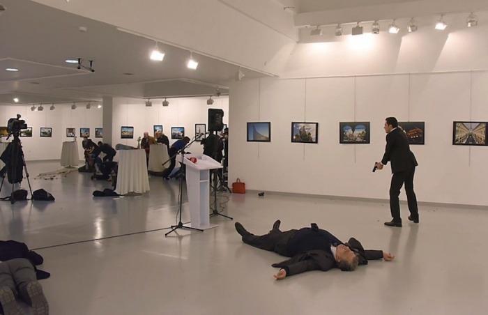 El embajador ruso en Turquía es asesinado por un policía en un museo de Ankara | Fotografía: Burnham Ozbilici | AP