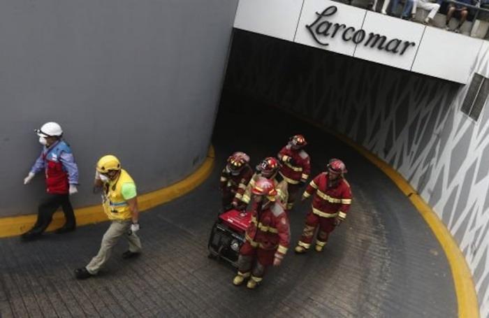 Bomberos al rescate en el incendio en Larcomar   Fotografía: Diario Perú21. Usada con permiso.