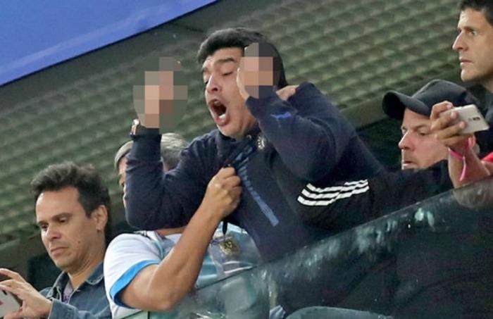 Diego Armando Maradona hace gestos obscenos tras la victoria de Argentina contra Nigeria en Rusia 2018   Fotografía: BBC Mundo
