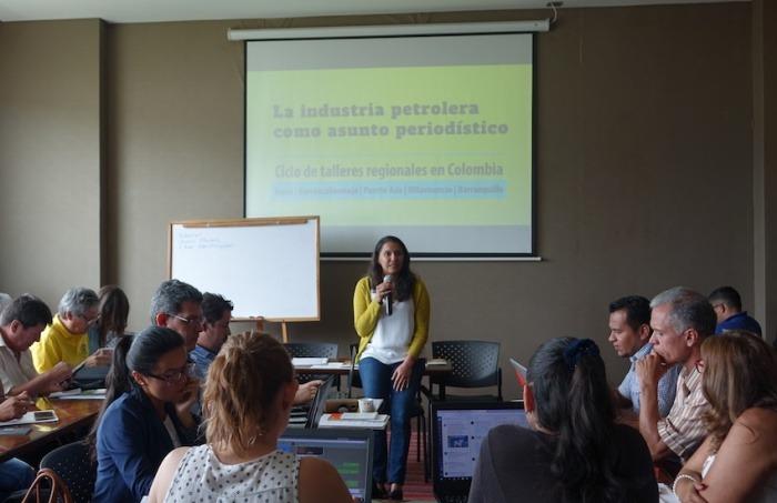 La periodista Nohora Celedón dialogó con sus colegas sobre los retos de cubrir la industria petrolera en Colombia. Foto: Diana Ruano Rincón.